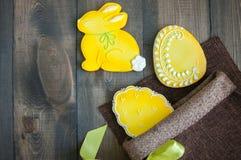Dekorujący Wielkanocnego jajka ciastka Obrazy Royalty Free