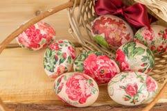 Dekorujący Wielkanocni jajka spada z kosza Zdjęcie Royalty Free