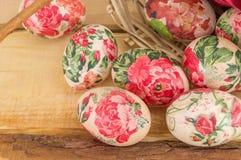 Dekorujący Wielkanocni jajka spada z kosza Zdjęcie Stock