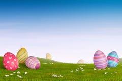 Dekorujący Wielkanocni jajka w trawiastym górkowatym krajobrazie Fotografia Royalty Free