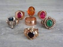 Dekoruje biżuterię złoto z cennymi kamieniami zdjęcie royalty free