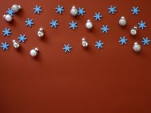 Dekoruje boże narodzenia i nowego roku na czerwonym tle zdjęcie royalty free