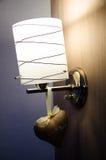 Dekoruje lampę na drewno ścianie zdjęcie royalty free