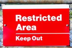 Del área restricta Keep señal de peligro hacia fuera Imagen de archivo libre de regalías