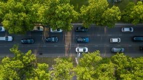 Del abejón del vuelo del top opinión aérea abajo de la carretera pesada ocupada del atasco de la hora punta de la ciudad de la au imagenes de archivo