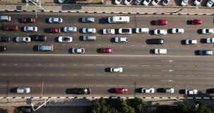 Del abejón del vuelo del top opinión aérea abajo de la carretera pesada ocupada del atasco de la hora punta de la ciudad de la au metrajes