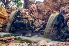 Del acantilado cae la cascada Imagen de archivo