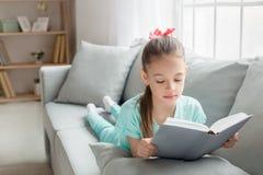 Del adolescente de la muchacha niñez joven solamente en casa Foto de archivo libre de regalías