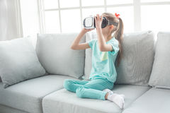 Del adolescente de la muchacha niñez joven solamente en casa Imagen de archivo