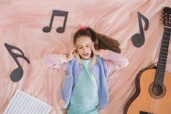 Del adolescente de la muchacha niñez joven solamente en casa Fotografía de archivo