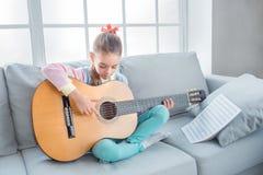 Del adolescente de la muchacha niñez joven solamente en casa Fotos de archivo libres de regalías