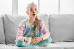 Del adolescente de la muchacha niñez joven solamente en casa Imagen de archivo libre de regalías