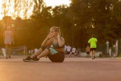 Del adolescente del ABS del ejercicio puesta del sol joven del día soleado al aire libre Fotos de archivo libres de regalías