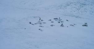 Del alto abejón superior que toma el vídeo en el ártico de yurts y del paisaje asombroso almacen de video
