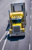 Del amarillo grande del aparejo del poder interstat clásico del remolque del chaquetón del camión semi Fotografía de archivo libre de regalías