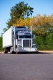 Del aparejo camión grande americano elegante potente clásico semi con el refrig Fotografía de archivo