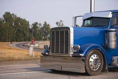 Del aparejo camión grande azul clásico semi con el funcionamiento de los accesorios del cromo Imágenes de archivo libres de regalías