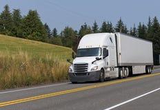 Del aparejo camión grande blanco semi que transporta el remolque seco de la furgoneta semi en el th fotografía de archivo