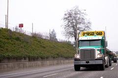 Del aparejo camión grande potente semi que transporta la carga de gran tamaño en Imagenes de archivo