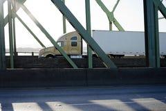 Del aparejo camión grande semi con semi el remolque que conduce en el puente en sunshi fotografía de archivo libre de regalías