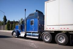 Del aparejo camión grande semi en azul con el ahe corriente de la furgoneta del remolque seco semi Foto de archivo libre de regalías