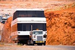Del aparejo camión potente grande semi abajo al agua un sh de gran tamaño enorme Imagen de archivo libre de regalías