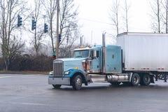 Del aparejo grande azul del americano camión clásico semi con dado vuelta en las linternas que transportan el cargo en semi el  fotos de archivo