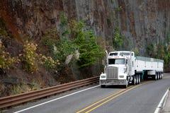 Del aparejo grande del modelo camión americano blanco semi con el bulto cubierto semi t foto de archivo libre de regalías