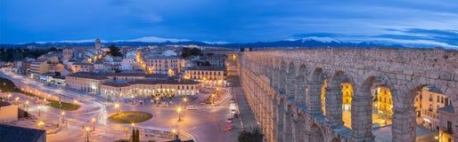СЕГОВИЯ, ИСПАНИЯ, 2016: Мост-водовод Сеговии и Площади del Artilleria на сумраке Стоковое фото RF