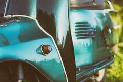 Del av återställt grönt retro mopedanseende på en äng i eftermiddagen Royaltyfri Fotografi