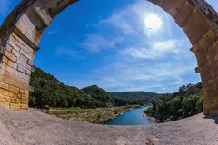 Del av överbrygga En brospännvidd är den fotograferade linsen Fisheye Tre-tiered akvedukt Pont du Gard - det högst i Europa royaltyfria foton
