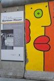 Del av Berlin Wall med grafitti Arkivbilder