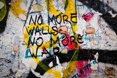 Del av Berlin Wall med grafitti och tuggummin Arkivfoton