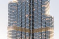 Del av Burj Khalifa Skin Detail, som beskådade underifrån med belysning i aftonen, Dubai Royaltyfri Foto