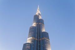 Del av Burj Khalifa Skin Detail, som beskådade underifrån med belysning i aftonen, Dubai Arkivbild