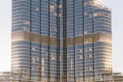 Del av Burj Khalifa Skin Detail, som beskådade underifrån med belysning i aftonen, Dubai Royaltyfria Foton