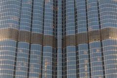 Del av Burj Khalifa Skin Detail, som beskådade underifrån med belysning i aftonen, Dubai Fotografering för Bildbyråer