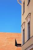 Del av byggnaden med fönster Arkivfoton