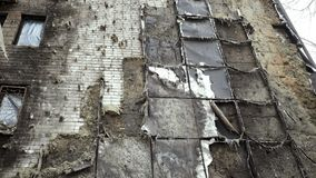Del av byggnaden som är skadad vid brand arkivfilmer