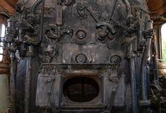 Del av de järnväg övergav kvarlevorna för bussgarage för ångalokomotiv rostiga gamla Ångakokkärl royaltyfria bilder