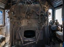 Del av de järnväg övergav kvarlevorna för bussgarage för ångalokomotiv rostiga gamla Ångakokkärl arkivfoto