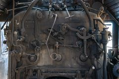 Del av de järnväg övergav kvarlevorna för bussgarage för ångalokomotiv rostiga gamla Ångakokkärl royaltyfri fotografi