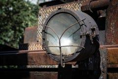 Del av de järnväg övergav kvarlevorna för bussgarage för ångalokomotiv rostiga gamla royaltyfri bild