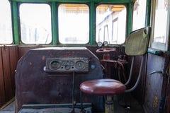 Del av de järnväg övergav kvarlevorna för bussgarage för ångalokomotiv rostiga gamla arkivfoto