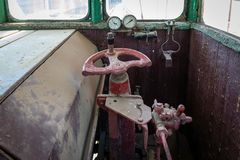 Del av de järnväg övergav kvarlevorna för bussgarage för ångalokomotiv rostiga gamla royaltyfria foton