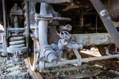 Del av de järnväg övergav kvarlevorna för bussgarage för ångalokomotiv rostiga gamla arkivbild