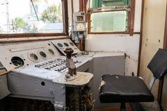 Del av de järnväg övergav kvarlevorna för bussgarage för ångalokomotiv rostiga gamla royaltyfri fotografi