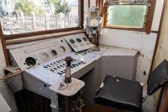 Del av de järnväg övergav kvarlevorna för bussgarage för ångalokomotiv rostiga gamla arkivbilder