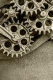 Del av den brutna industriella maskinen med rostiga kugghjul Arkivbild