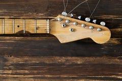 Del av den elektriska gitarren på ett mörkt bräde i bakgrund Fotografering för Bildbyråer